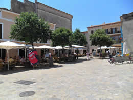 Guide to Puerto Pollensa - Tourist and Travel Information, Hotels, Pollensa old town square, many restaurants