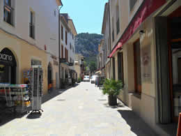 Guide to Puerto Pollensa - Tourist and Travel Information, Hotels, tourists can visit Pollensa Town on Sunday when there is a market