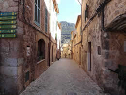 valldemossa narrow street